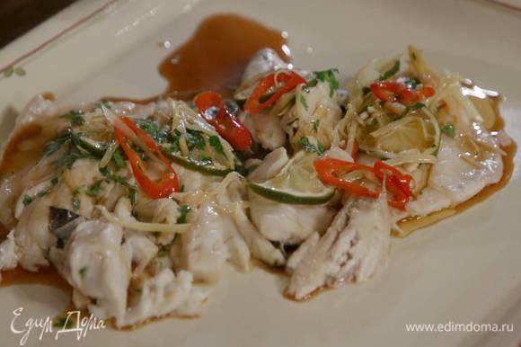 Готовую рыбу выложить на блюдо и полить маринадом, сверху выложить обжаренные овощи, посыпать оставшейся кинзой.