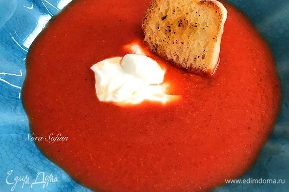 Подавать суп со сметаной и крутонами.