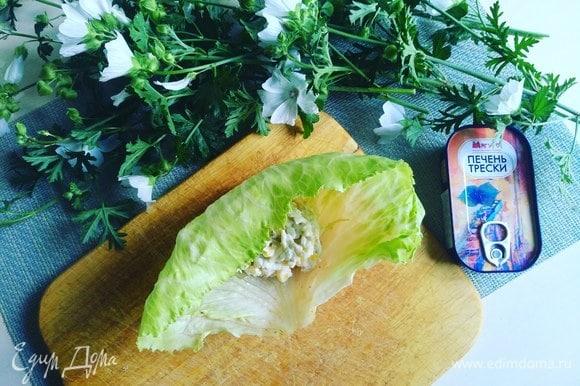 В центр выкладываем салат.