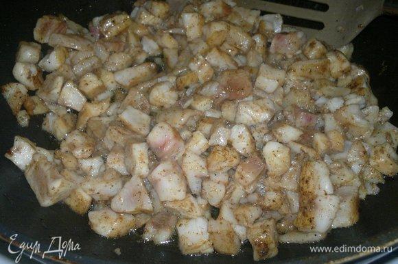 В сковороде разогреть часть растительного масла, выложить рыбу и обжарить в течение 2–3 минут, помешивая. Обжаренную рыбу выложить в сито для стекания излишков масла. Затем положить в миску.