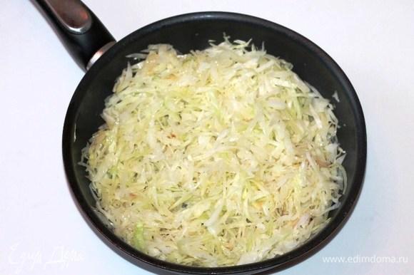 Подготовленную капусту нарезаем соломкой (700 г). Разогреваем в сковороде сливочное масло и выкладываем капусту.