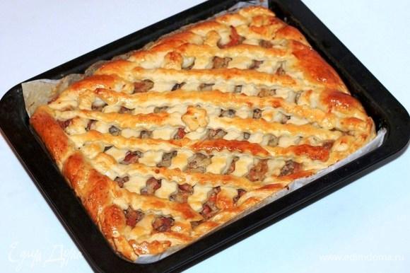 Смазываем пирог взбитым яйцом и выпекаем в хорошо разогретой до 180°C духовке 30–40 минут до румяной корочки.