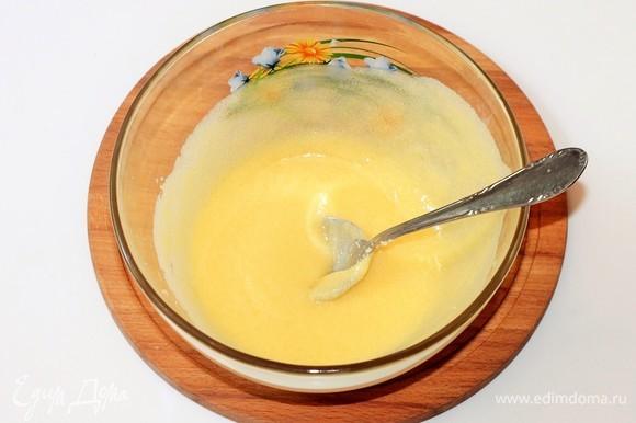 Духовку разогреть до температуры 180°C. Форму для выпечки (28х22 см) застелить (дно) пергаментной бумагой, смазать маслом. Приготовим тесто для коржа. Мягкое сливочное масло растереть с сахаром.
