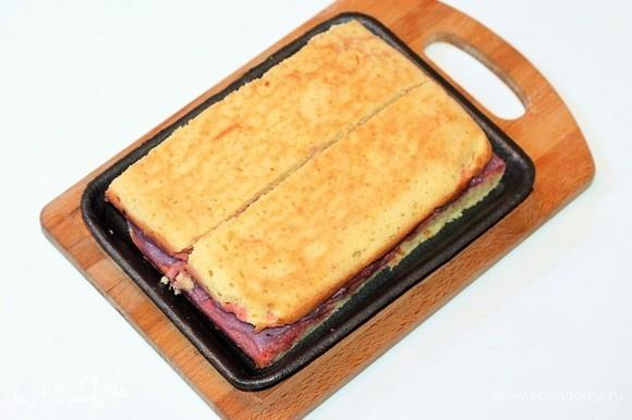 На крем кладем второй корж (не смазываем кремом). Делим заготовку на 2 части. Получилось 2 заготовки для двух тортиков.
