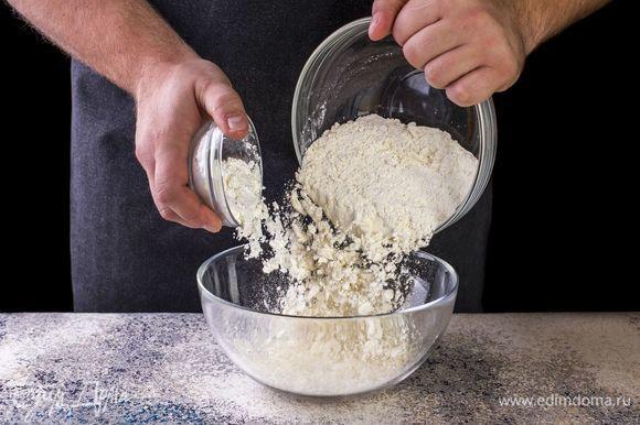 Филе минтая промойте и разрежьте на порционные кусочки. Посолите, поперчите. Подготовьте кляр. Смешайте в миске муку, крахмал.