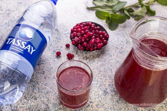 Добавьте полученный остывший сироп к ягодному соку. Подавайте этот бодрящий напиток охлажденным.