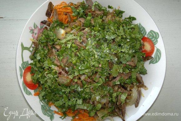 Положить кинзу в миску, еще раз перемешать. Попробовать салат на вкус и, при необходимости, добавить по вкусу тех приправ и специй, какие вы считаете нужными.