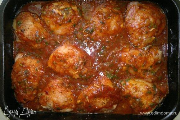 Бедра залить томатной заливкой и поставить в духовку еще на 15–20 минут.