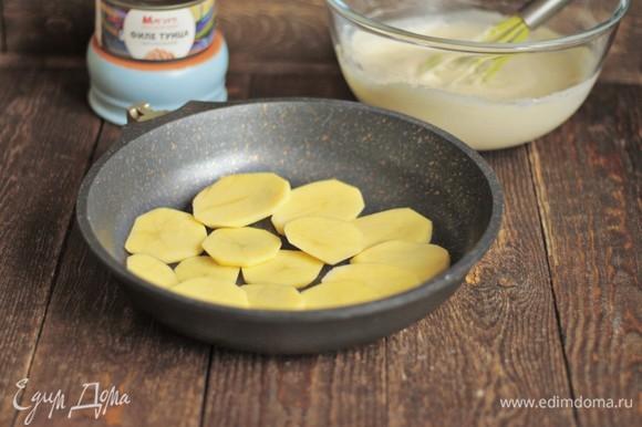Форму смазываем растительным маслом и выкладываем слой картофеля.