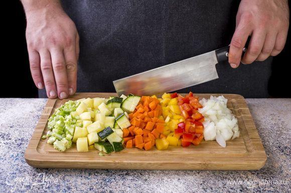 Лук, болгарские перцы, морковь, цукини, картофель и сельдерей нарежьте кубиками.