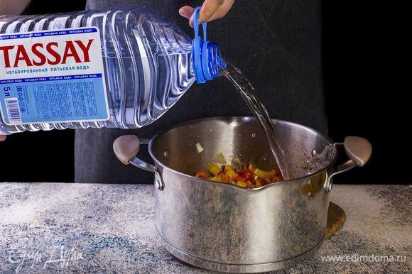 Налейте в кастрюлю негазированную воду Tassay. Доведите до кипения.