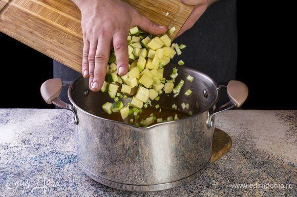 Выложите цукини, картофель и сельдерей в кастрюлю.