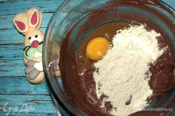 В черемуховую массу постепенно добавляем по одному куриному яйцу и столовой ложке муки, чтоб не было расслоения массы. Все хорошо взбиваем.