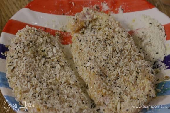 Куриное филе обвалять со всех сторон в муке, затем обмакнуть во взбитые яйца и обвалять в сухарях с семечками.
