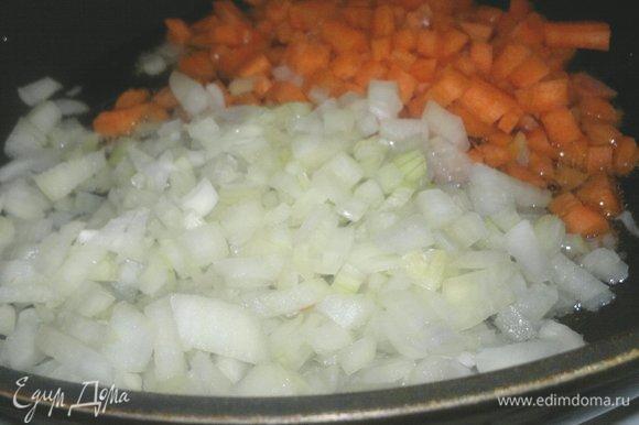 В сковороде разогреть растительное масло, положить лук и морковь и обжаривать на среднем огне до румяности и мягкости овощей.