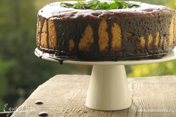 Поливаем остывший пирог, украшаем мятой. Можно и сверху положить кусочки шоколада с мятой. Приятного аппетита!
