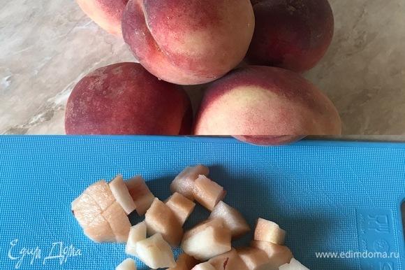 Духовку нагреть до 190°C. Персики очистить и нарезать кубиками.