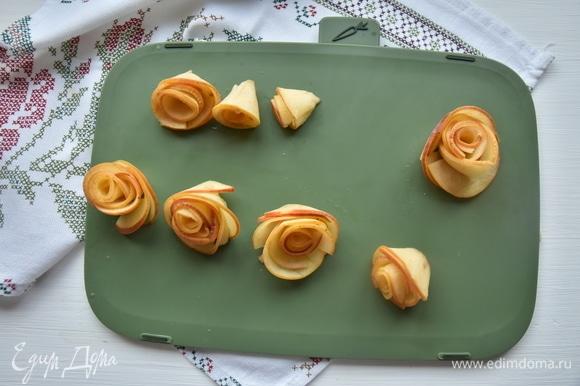 Яблочные дольки откинуть на сито, чтобы стекла влага, и сделать несколько цветочных заготовок.
