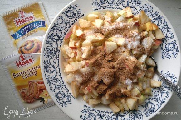 Яблоки и груши сложить в миску, сбрызнуть лимонным соком, посыпать сахаром, молотой корицей Haas и ванильным сахаром Haas, перемешать.