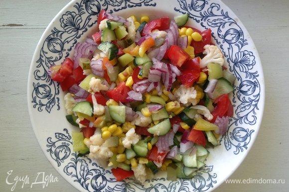 Все нарезанные овощи выложить в миску, перемешать.