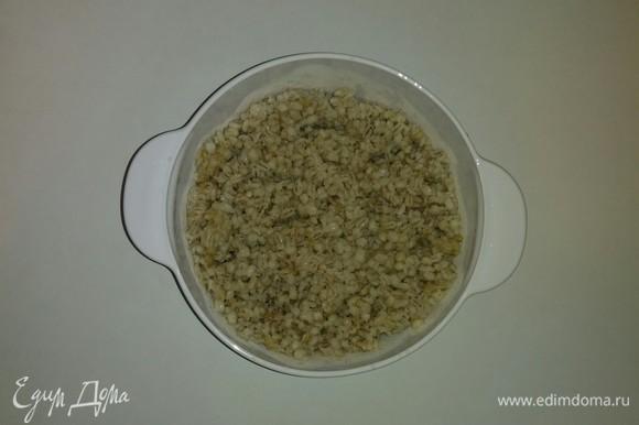 После того как перловая крупа сварилась (около 40 минут), ее нужно охладить до комнатной температуры и переложить в емкость, в которой будем готовить салат.