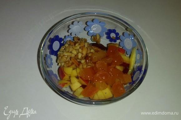 К порезанному нектарину добавляем курагу, мед и измельченные орехи. Все перемешиваем.