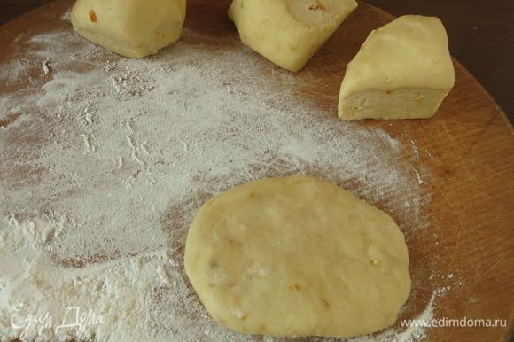 Достаем тесто из холодильника, выдерживаем 20 минут, потом начинаем готовить. Отрываем кусочки размером с орех и раскатываем лепешки.