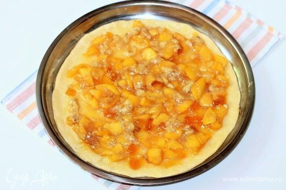 На джем кладем начинку, посыпаем обжаренными измельченными орешками. Орехи на ваш вкус.