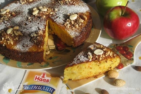 Пирог можно подавать к столу теплым.