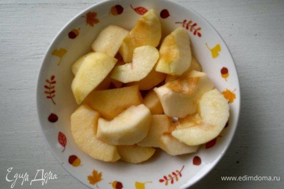 Яблоки почистить от кожуры, разрезать на 6 равных частей, вырезать семена. Сбрызнуть дольки яблок лимонным соком.