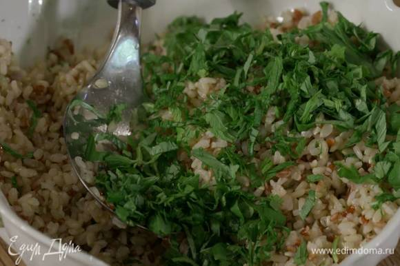 Базилик, мяту и зеленый лук мелко порезать, посыпать рис и перемешать.