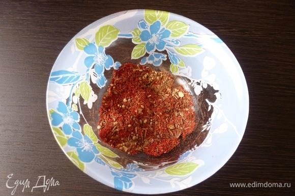 По рецептуре, которую я нашла, тунца не обсыпают специями, поэтому я немного отступила от оригинального рецепта. Я подготовила обсыпку из паприки, прованских трав, а кориандр и черный перец размяла в крошку.