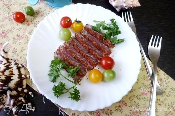 Когда тунец достаточно подвялится, нарезать его ломтиками и подать на стол. Приятного аппетита!