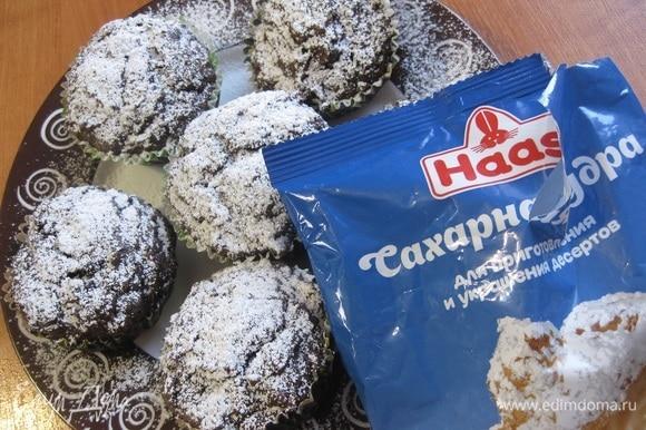 Готовые маффины остудить и по желанию можно посыпать сахарной пудрой.