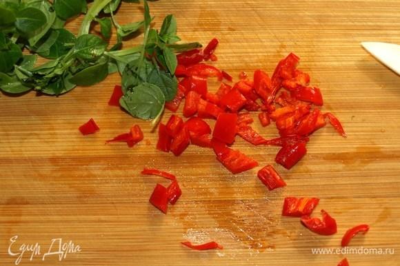 Красный острый перец очистить от семян. Мелко нарезать.