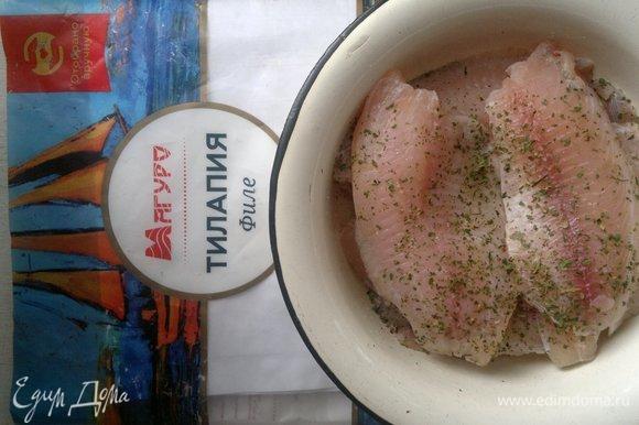 Филе тилапии посыпать приправой для рыбы, перцем, солью, дать постоять полчаса.