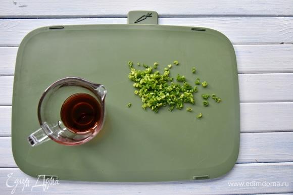 В соуснике соединить соевый соус и измельченный зеленый лук.