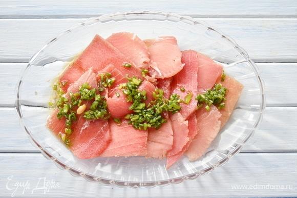 Залить подготовленный тунец соусом. Подавать к столу блюдо можно уже через 15 минут.