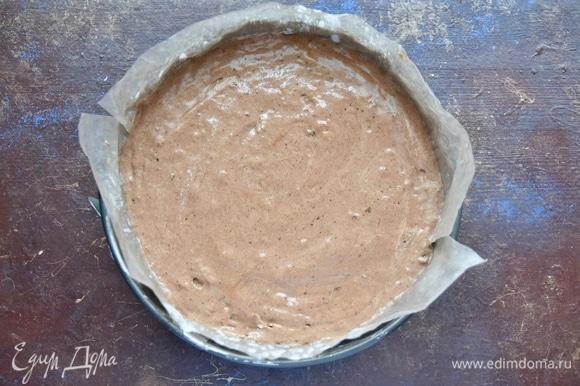Форму для выпечки застелить пергаментом, смазать сливочным маслом и слегка присыпать мукой. Выложить тесто. Выпекать в разогретой до 180–190°C духовке 45 минут. Готовность бисквита проверить лучинкой. Готовый бисквит остудить на решетке, завернуть в полиэтиленовую пленку и оставить на 6–8 часов.