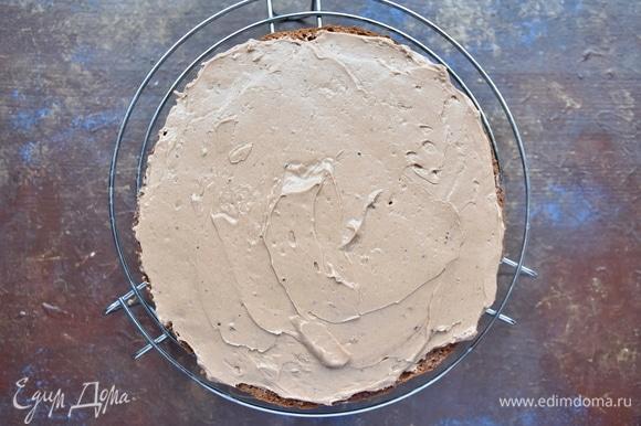 Каждый корж пропитать сиропом, сваренным из воды и сахара с добавлением коньяка. Собрать торт, промазывая каждый слой кремом.