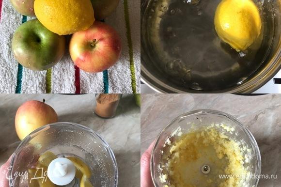 Духовку разогреть до 170°C. Лимон опустить в кипящую воду на одну минуту, затем достать, разрезать пополам, достать косточки и измельчить половинку лимона в блендере.
