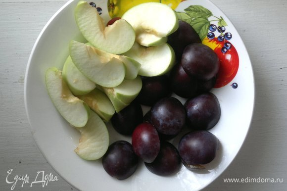 Фрукты вымыть, обсушить. Сливы разрезать пополам, удалить косточки. Яблоко разрезать пополам, вырезать семена, нарезать на дольки.