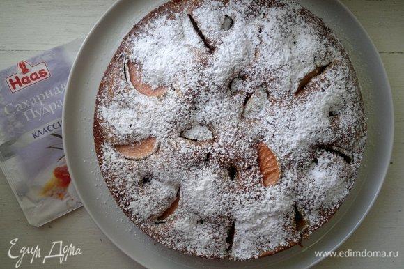 Пирог выложить из формы на блюдо и посыпать сахарной пудрой Haas.