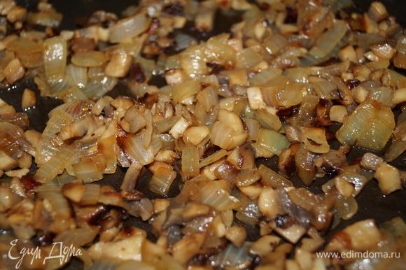 Обжарьте на растительном масле до золотистой корочки и прозрачности лука на среднем или медленном огне. Если хотите, добавьте соль и любимые приправы по вкусу. У меня просто лук с грибами.