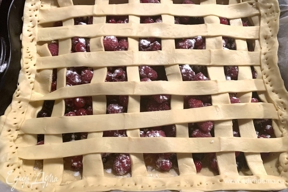 Разрезаю остаток теста на полоски и кладу их поверх ягод. Отправляю в духовку на 20–30 минут.