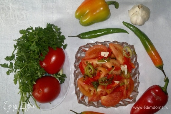 Острая закуска из бурых помидоров готова. Можно подавать ее к мясу, рыбе, любым несладким блюдам, несладкой выпечке.