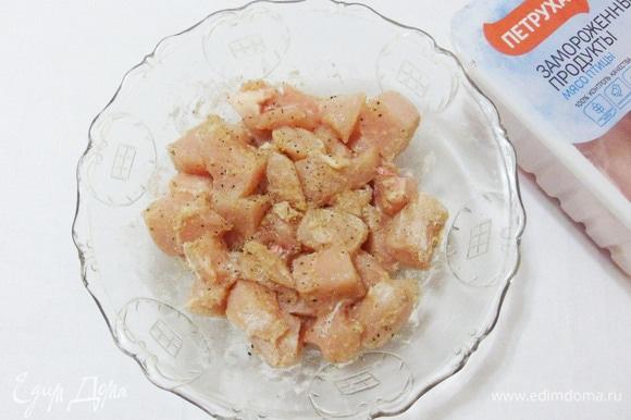 Выкладываем кусочки филе в миску, добавляем муку, соль и перец. Тщательно перемешиваем. Каждый кусочек должен быть обвален в муке.