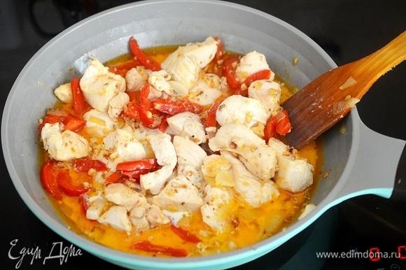 Влейте сливки и тушите на небольшом огне до почти полного впитывания сливок. Кусочки курицы должны получится как бы в сливочном соусе.