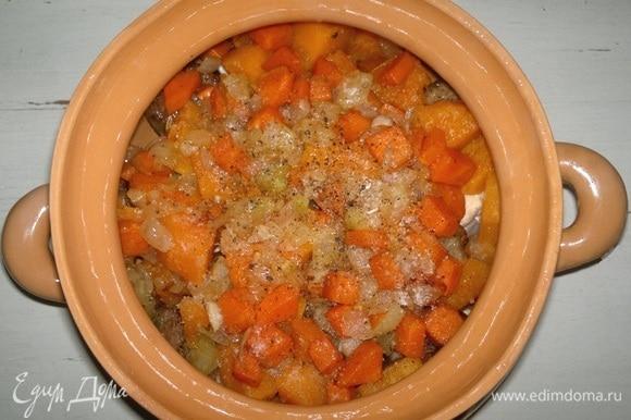 На тыкву выложить вторую половину обжаренных лука и моркови. Немного посолить, поперчить, залить холодной кипяченой водой.