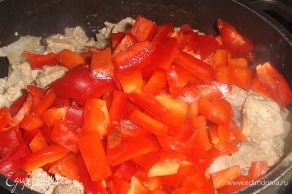 Нарезать перец добавить его к мясу. Тушить под крышкой на умеренном огне до готовности свинины.
